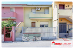 Villetta bifamiliare indipendente su tre piani con cortile